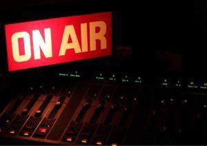 תוכניות רדיו מעניינות להאזנה בזמן העבודה